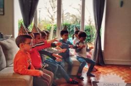 Anniversaire d'enfants qui participe à un tour de magie de Elvine le magicien