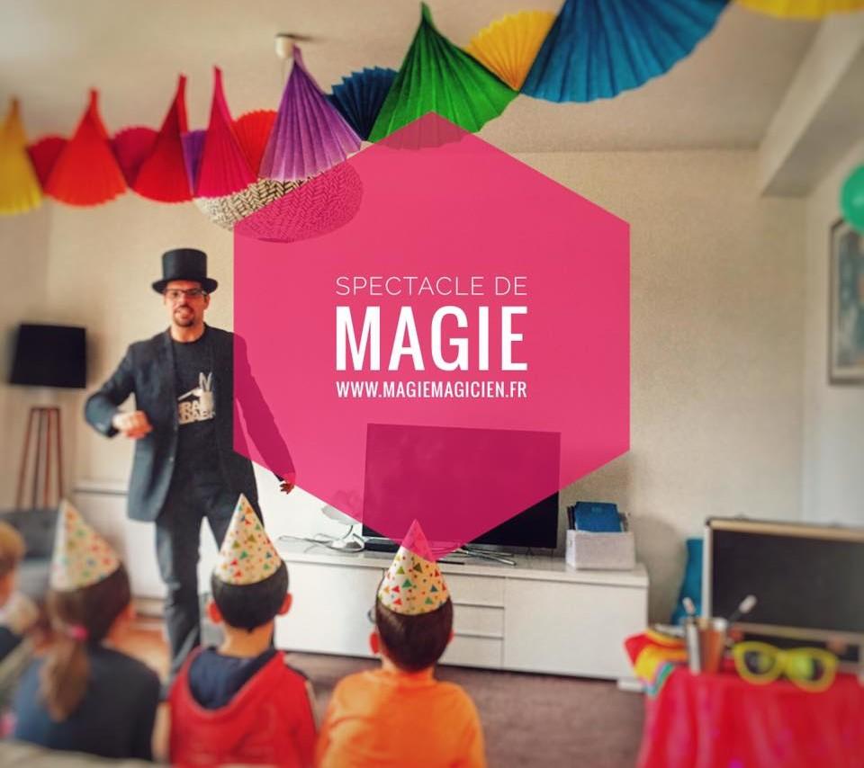 Formule anniversaire de magiemagicien.fr avec des enfants qui regarde un spectacle de magie