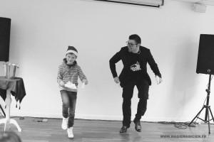 arbre-de-noel-de-yahoo-2015-spectacle-de-magie-pour-enfants-elvine-le-magicien-105