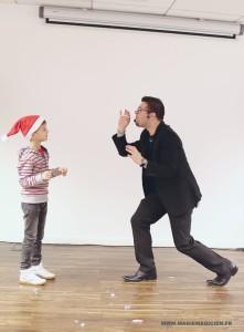 arbre-de-noel-de-yahoo-2015-spectacle-de-magie-pour-enfants-elvine-le-magicien-107