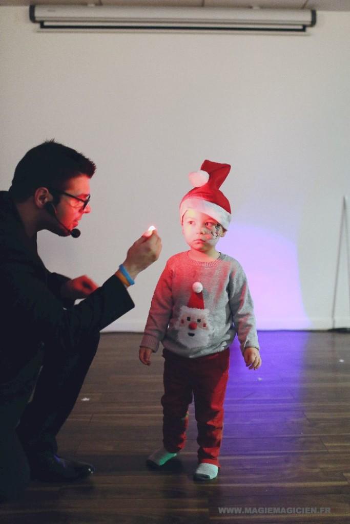 arbre-de-noel-de-yahoo-2015-spectacle-de-magie-pour-enfants-elvine-le-magicien-154