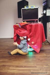 arbre-de-noel-de-yahoo-2015-spectacle-de-magie-pour-enfants-elvine-le-magicien-94